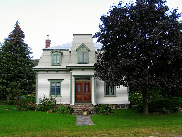 Maison blanche avec toit mansard gris et boiseries vert t flickr photo - Maison grise et blanche ...