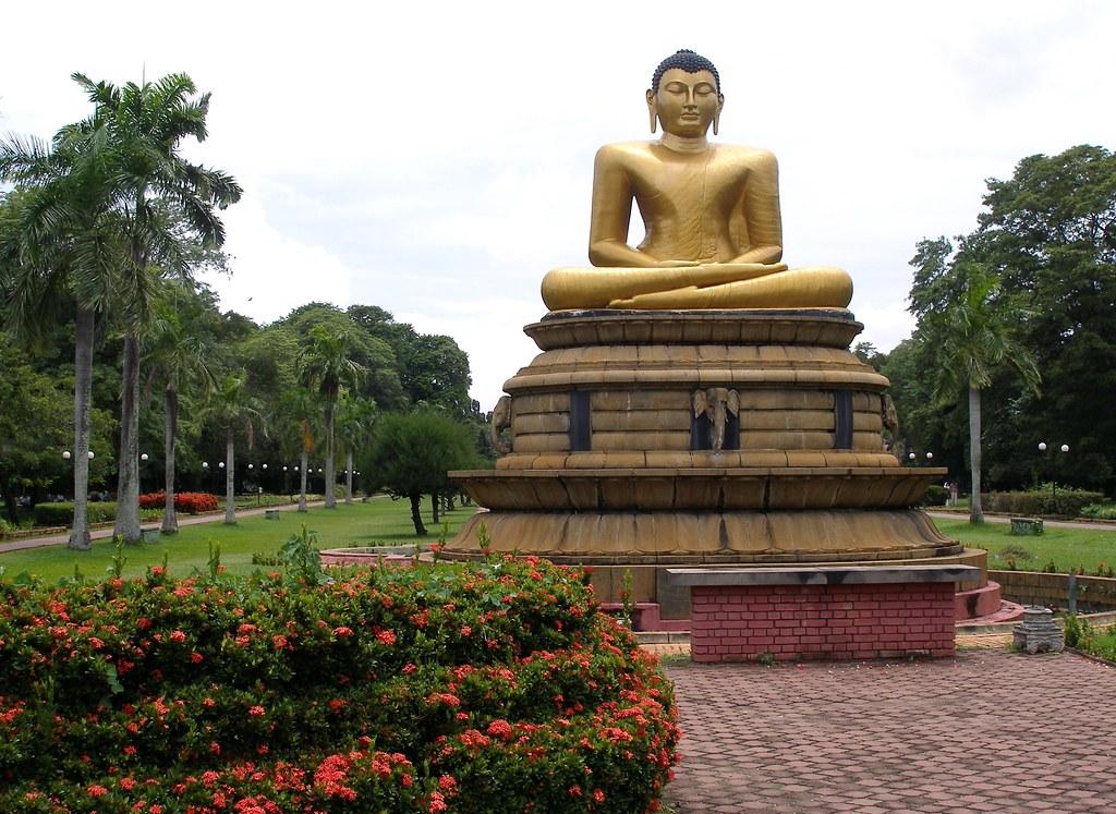 Buddha statue in the Viharamahadevi park