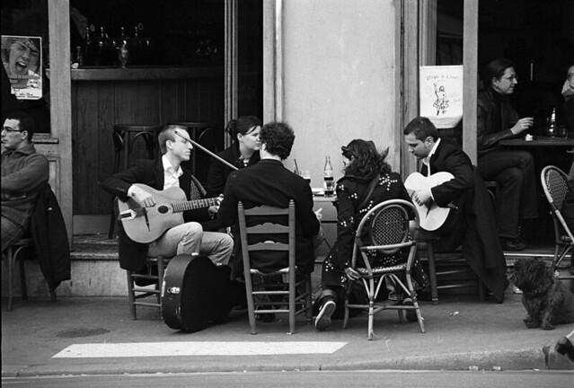 A la terrasse du café
