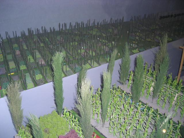 aztec agriculture Aztec agriculture: before the arrival of the spanish, the aztec empire of central mexico had reached a population well over 5 million people to sustain such a population, they relied on an agricultural system known as chinampas.