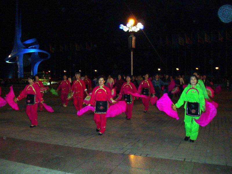 People: Dancers in the night (Dandung)