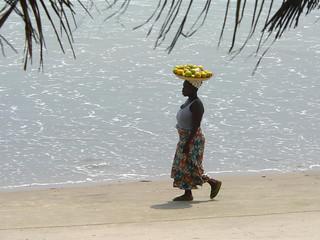 Kvinde i strandkanten