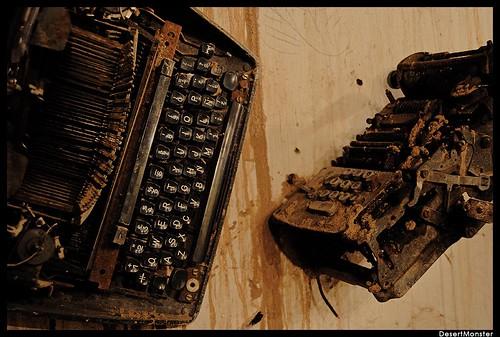 Dos máquinas de escribir antiguas, oxidadas.