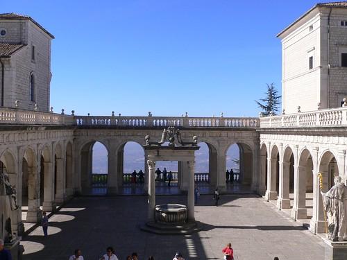 Abbazia di Monte Cassino (Fr) - Chiostro del Bramante