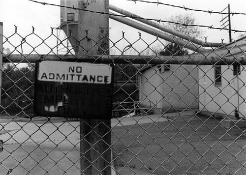 urban blackandwhite white black fence bedford virginia blackwhite wire decay no away gritty va keep barbed admittance rubatex