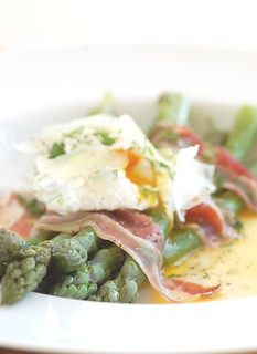 asparagus with poached egg and pancetta