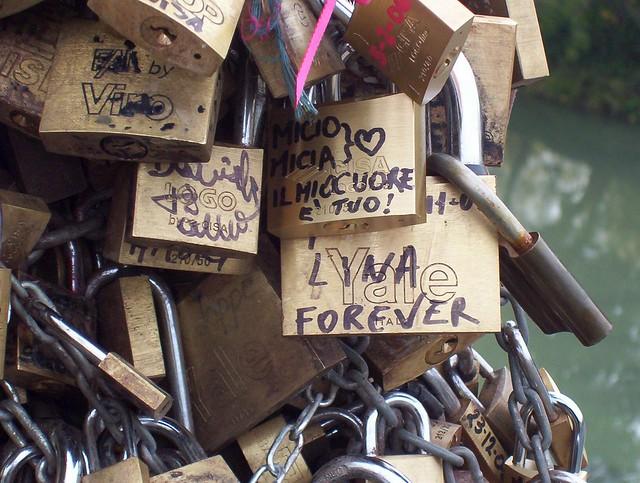 Roma. Ponte Milvio. Lucchetti d'amore o spot pubblicitario? Roma.Ponte Milvio. Catene d'amore o spot pubblicitario? Love padlocks.