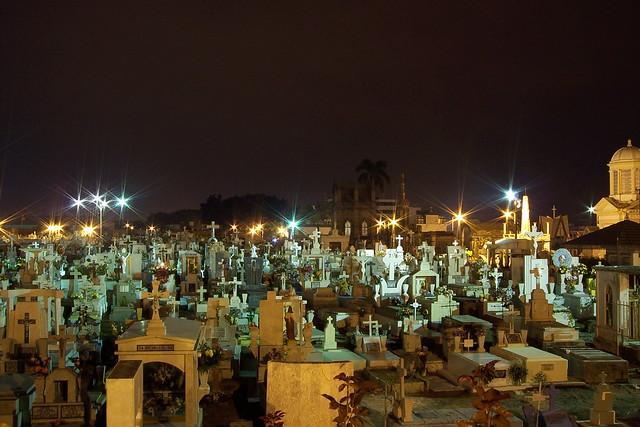 Tumbas - Panteón Hidalgo de noche.