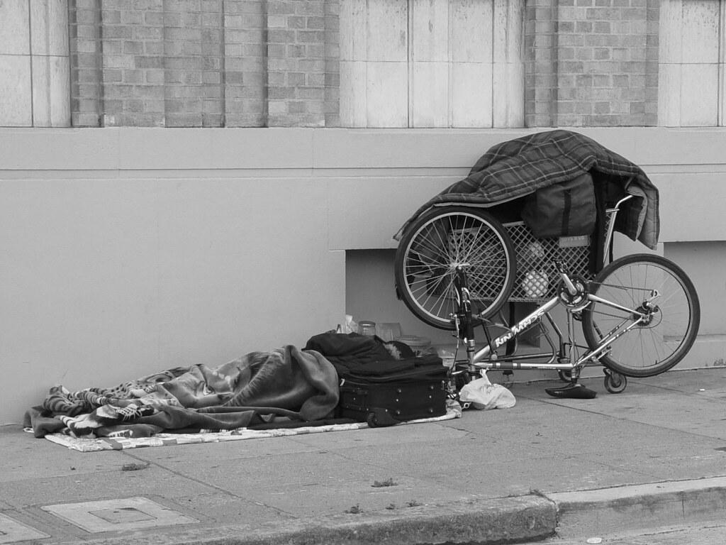 Spuntoni di acciaio nell'androne per scoraggiare i senzatetto a sdraiarsi e dormire
