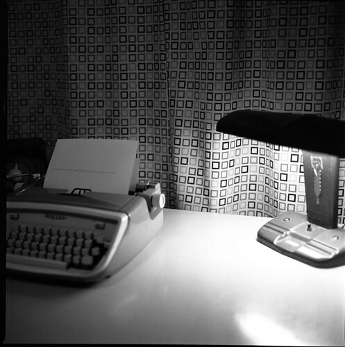 typewriter_on_desk