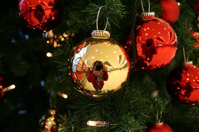 Autoretrato en una bola del arbol de navidad en el - Bola arbol navidad ...