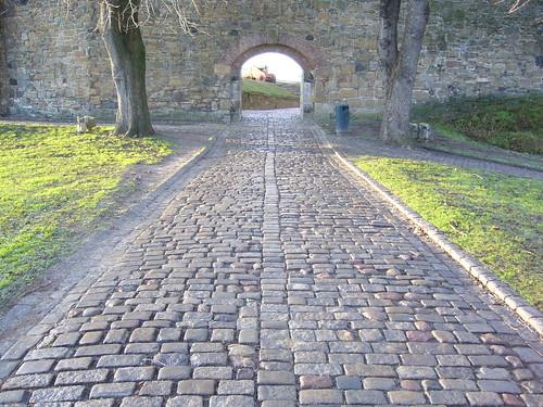 Este camino de piedras de granito se encuentra al kon tiki for Caminos de piedra en jardines