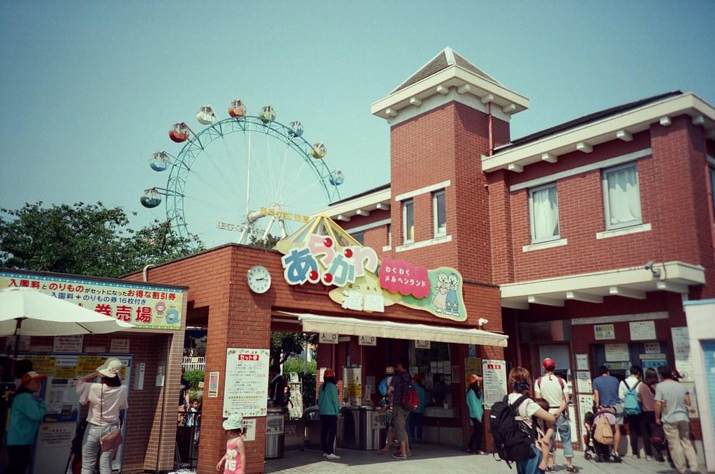 荒川遊園地 Tokyo, Japan / KODAK 500T 5219 / Lomo LC-A+ 沒想到假日人很多,一直以為這裡沒人逛,但想想那時候的確是平日來的。  整個遊樂園彷彿只剩下我和她。  Lomo LC-A+ KODAK 500T 5219 V3 7393-0019 2016-05-22 Photo by Toomore