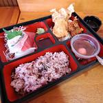 沖縄市海邦 「びん玉」の八重山そば定食 マグロやブダイ、イカの刺身、魚やモズクなどの天ぷら、サラダ(天ぷらの下)、赤米ごはん、モズク、ぜんざい。
