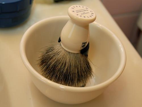 pennello da barba nella ciotolina apposita