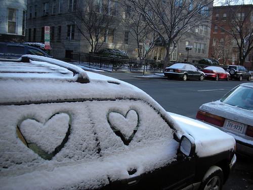 mensaje en la nieve que está encima del coche