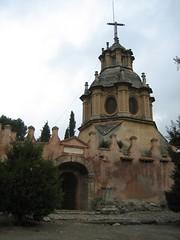 Recinto aislado del complejo por una pequeña muralla en el que probablemente se enterrara y rezara a algún abad ilustre. Si os digo la verdad, no lo recuerdo. Granada, Febrero 2007