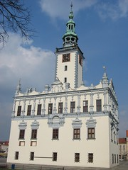 bell tower(0.0), church(0.0), spire(0.0), chã¢teau(1.0), town(1.0), building(1.0), landmark(1.0), steeple(1.0), place of worship(1.0), seat of local government(1.0), facade(1.0), tower(1.0),