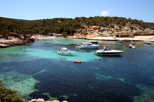 Crystal clear waters of Majorca (photo by london)