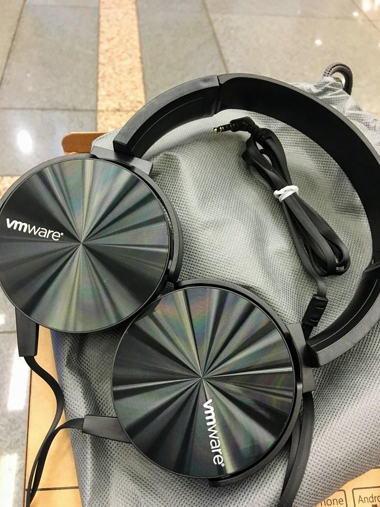 """參加獎,印著vmware的耳機,據說是""""sony xb450ap""""!!! 不過音質...普普..."""