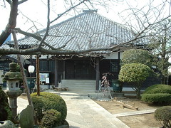 backyard(0.0), outdoor structure(0.0), flower(0.0), garden(0.0), pergola(0.0), shinto shrine(0.0), gazebo(0.0), shrine(0.0), courtyard(1.0), pavilion(1.0), yard(1.0), cottage(1.0), estate(1.0), home(1.0),