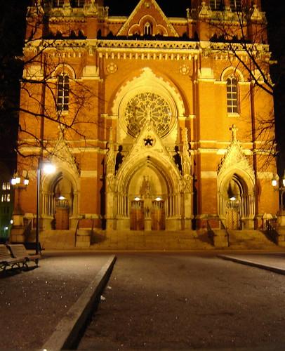 Johanneksen kirkko yöllä joulukuussa