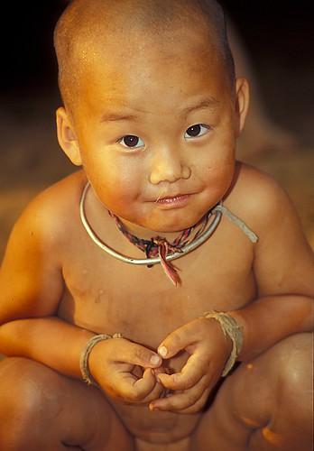 nackte-hmong-babys-wuerfel-nackter-mann