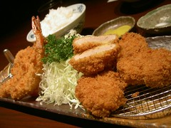 fish(0.0), chicken fingers(0.0), meal(1.0), tonkatsu(1.0), deep frying(1.0), panko(1.0), fried food(1.0), fried prawn(1.0), seafood(1.0), meat(1.0), korokke(1.0), food(1.0), dish(1.0), cuisine(1.0), fast food(1.0),