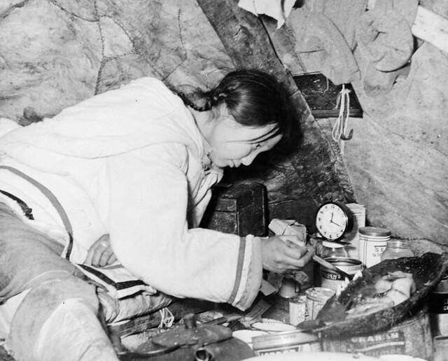 Inuit woman trimming a qulliq (seal-oil lamp), Mittimatalik, Nunavut / Une femme inuite prépare un qulliq (lampe alimentée à l'huile de phoque) à Mittimatalik, au Nunavut
