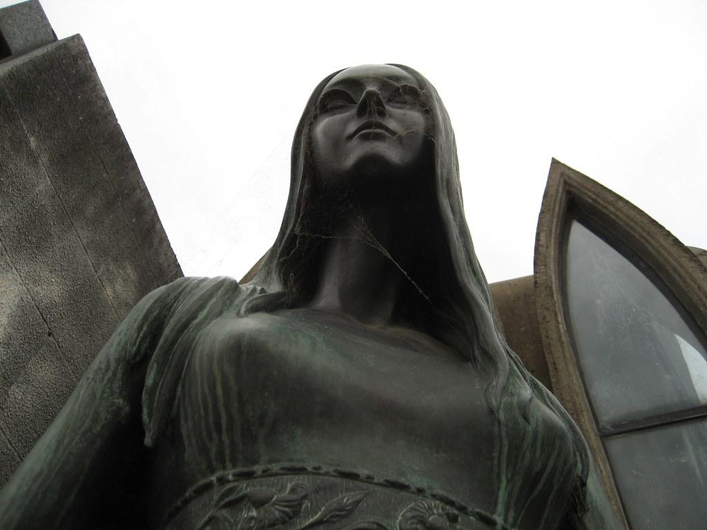 Statue in el Cementerio de la Recoleta, Buenos Aires