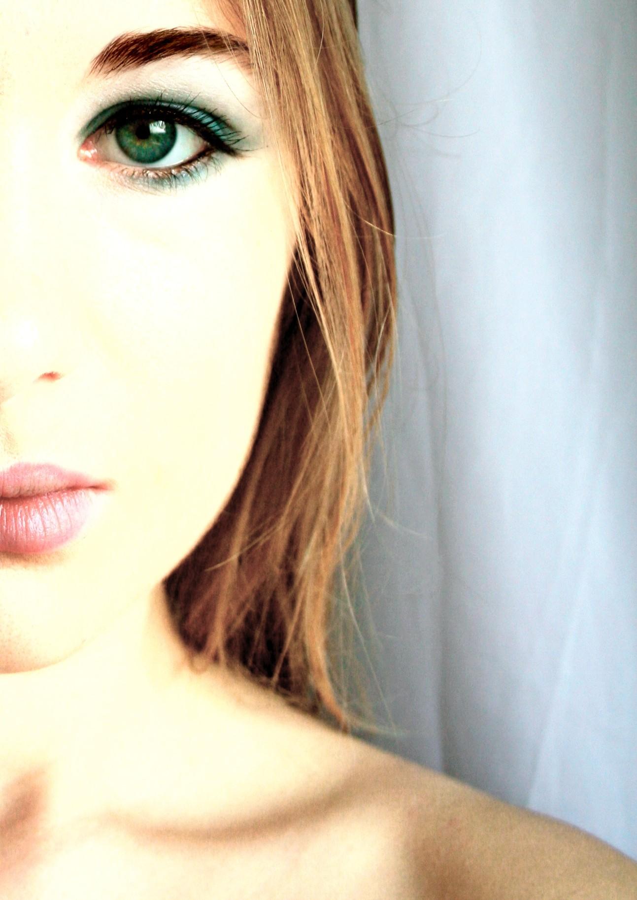 Фото девушки частично