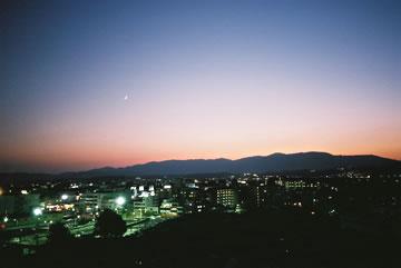 夕方の月・西