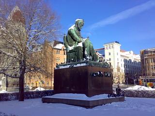 Billede af Aleksis Kivi i nærheden af Helsinki. snow statue suomi finland helsinki tori lumi patsas aleksiskivi rautatietori n73 impressedbeauty