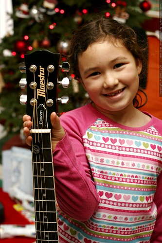 aidan and her new guitar    MG 7946