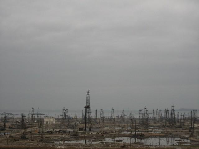Ancient dirty Baku private oil rigs - Baku, Azerbaijan / 環境を汚染する個人油田掘削施設(アゼルバイジャン、バクー市)