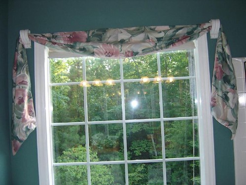 Damask lined window scarf