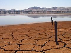 乾裂的湖泊灘地,Tim Keegan攝。