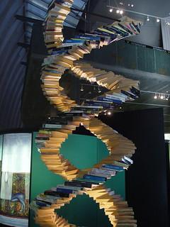 Doble Hélice de ADN… hecha de libros