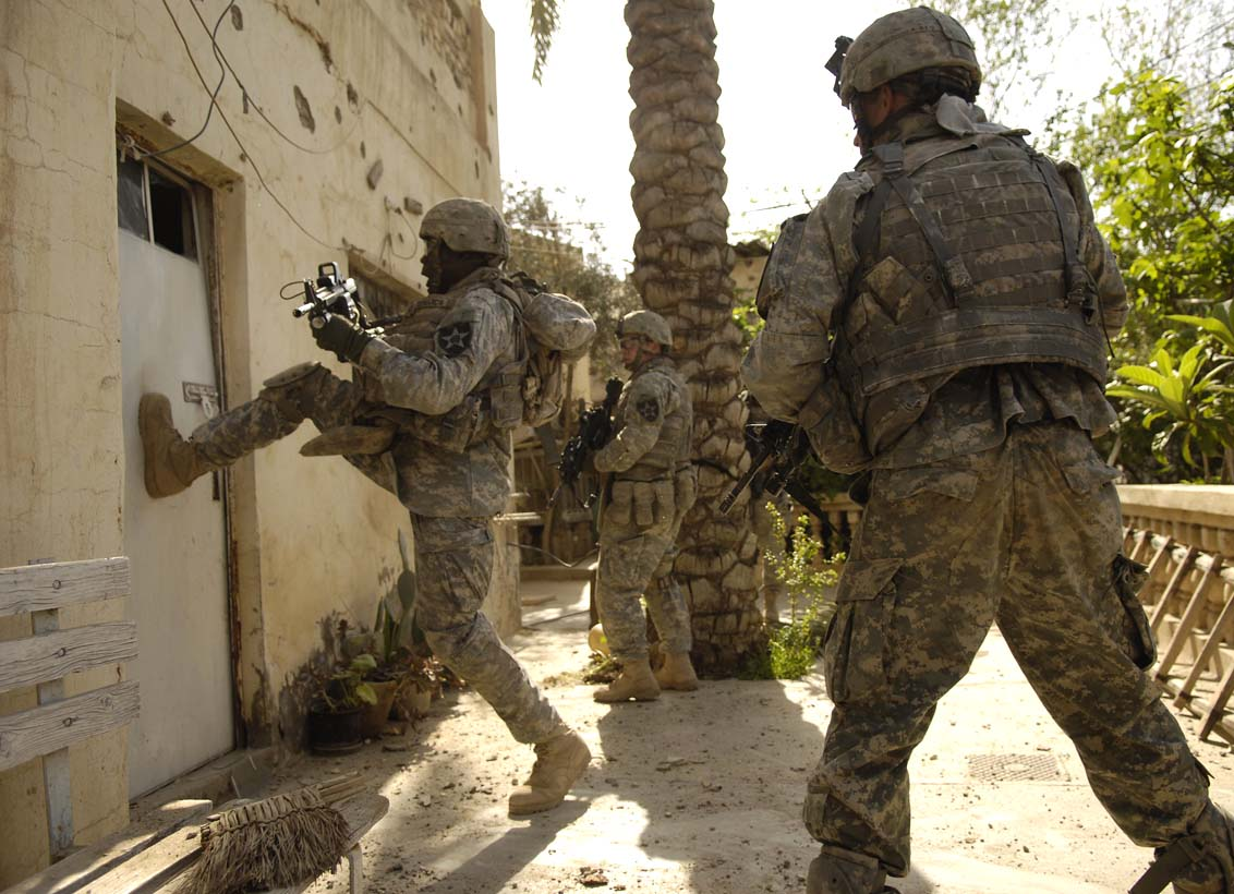 US Army soldier kicks in a door during a cordon and search in Buhriz Iraq 2007 [1132 x 820] ... & US Army soldier kicks in a door during a cordon and search in Buhriz ...