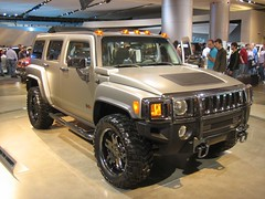 automobile(1.0), automotive exterior(1.0), sport utility vehicle(1.0), vehicle(1.0), hummer h3(1.0), auto show(1.0), hummer h2(1.0), hummer h3t(1.0), off-road vehicle(1.0), bumper(1.0), land vehicle(1.0), luxury vehicle(1.0), motor vehicle(1.0),