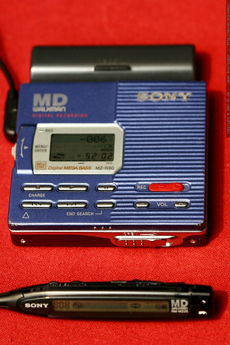 sony mz r90 minidisc recorder with remote control and AA battery accessory    MG 8864