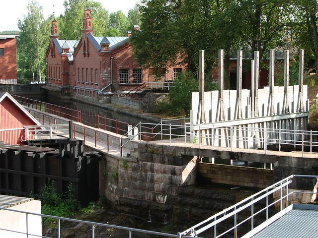 El complejo industrial Verla, al lado del arrollo.