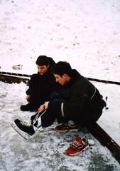 chaussant ses patins...