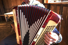 percussion(0.0), hand drum(0.0), accordion(1.0), diatonic button accordion(1.0), folk instrument(1.0), button accordion(1.0), garmon(1.0), bandoneon(1.0), wind instrument(1.0),