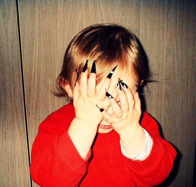 Lisa con uñas negras