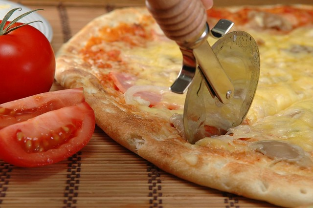 pizza blade cutting pizza