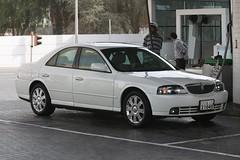 automobile(1.0), automotive exterior(1.0), lincoln motor company(1.0), executive car(1.0), vehicle(1.0), full-size car(1.0), mid-size car(1.0), bumper(1.0), sedan(1.0), land vehicle(1.0), luxury vehicle(1.0),