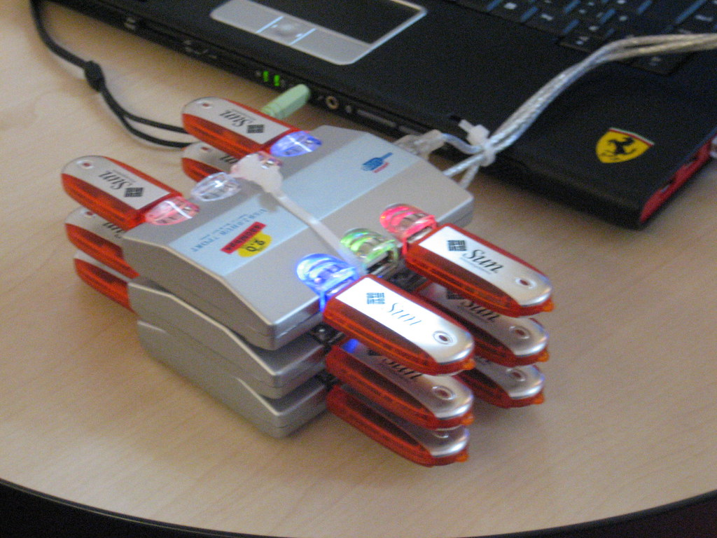 A RAID-Z array using multiple USB hubs and thumb drives