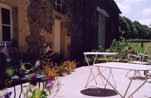 veranda soleggiata con vasi e piante