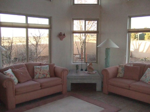 Wohnzimmer mit rosa Sofa - house in ...